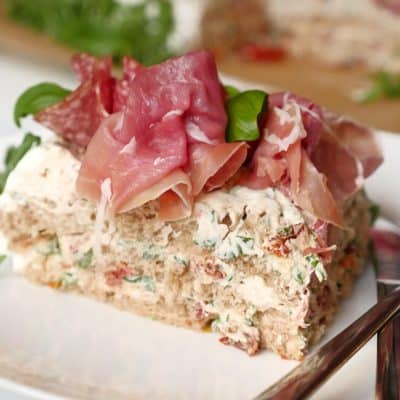 Italiensk lätt smörgåstårta med parmaskinka, salami och ruccola