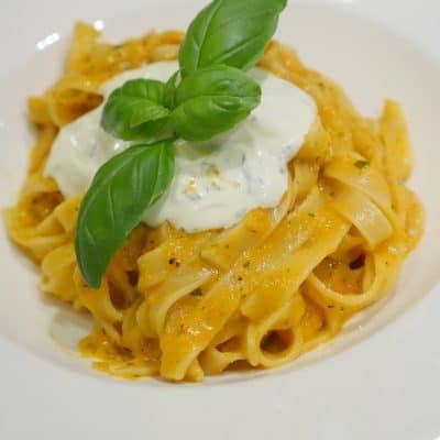 Pasta med krämig tomatsås och basilikakräm