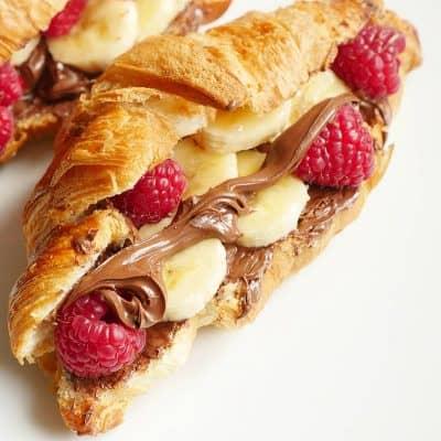 Croissant med nutella, banan och hallon