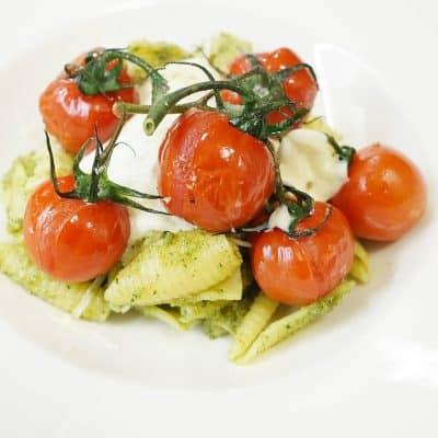 Pasta med hemmagjord pesto, vitlöksgratinerade tomater och mozzarella