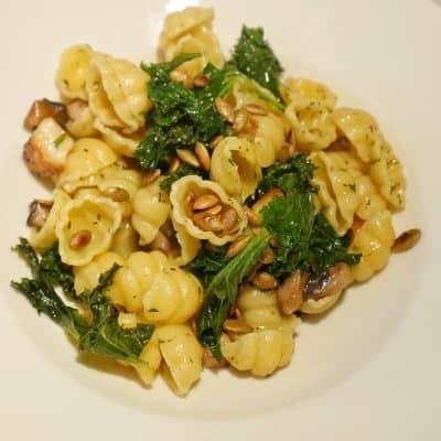 pastasallad med grönkål, champinjoner och halloumi