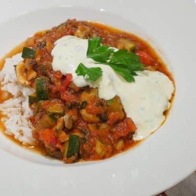 vegetarisk gryta med zucchini, champinjoner och paprika