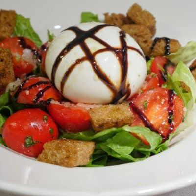 Sallad med burrata och marinerade tomater