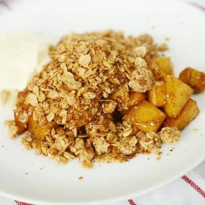 Frukostpaj med kanelstekta äpplen, havresmul och vaniljkvarg