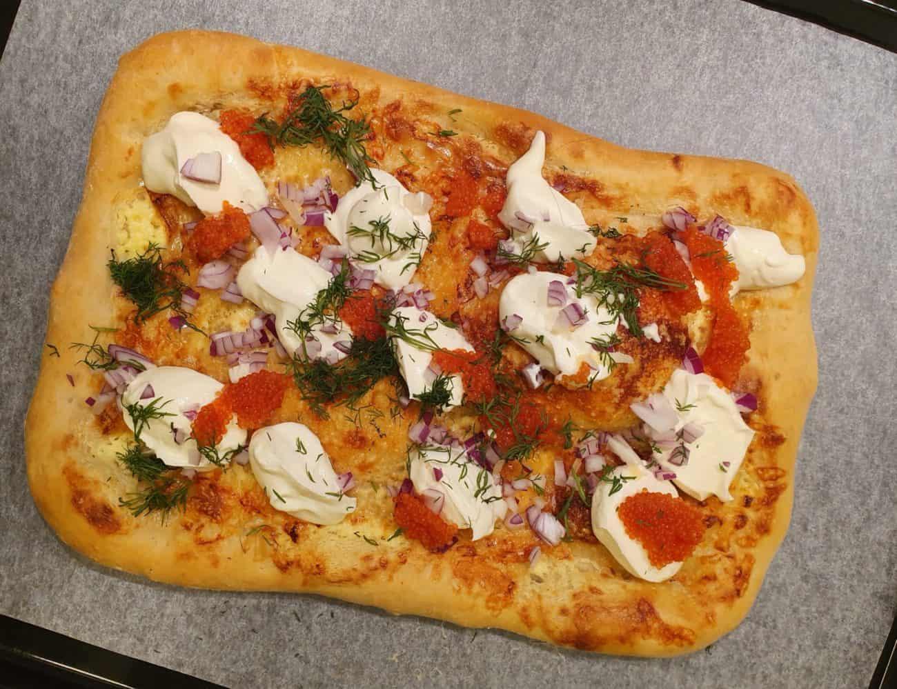 Pizza bianco med löjrom, creme fraiche, rödlök och dill