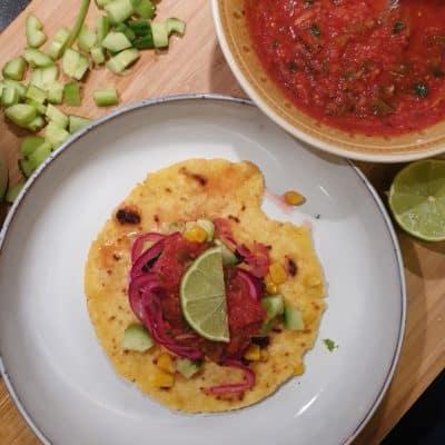 Tacos med svarta bönor, hemmagjord salsa, avokado, stekt majs, gurka och picklad rödlök