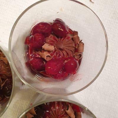 Len chokladkräm med körsbärssås