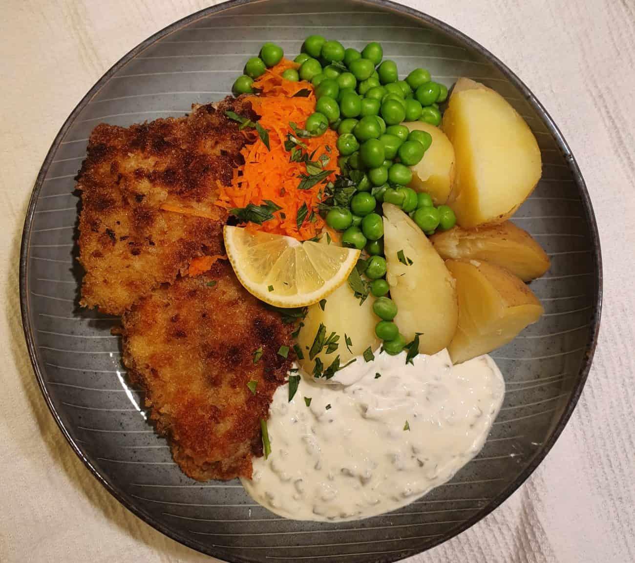 Panerad rödspätta med kokt potatis, ärtor och remouladsås