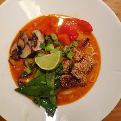 Tom kha gai med tofu - thailändsk soppa med rödcurry och kokosmjölk