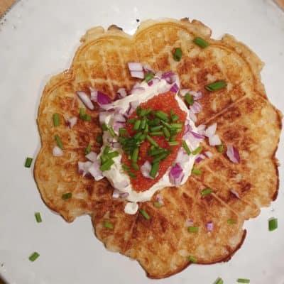Frasig potatisvåfflor med löjrom, rödlök, creme fraiche och gräslök