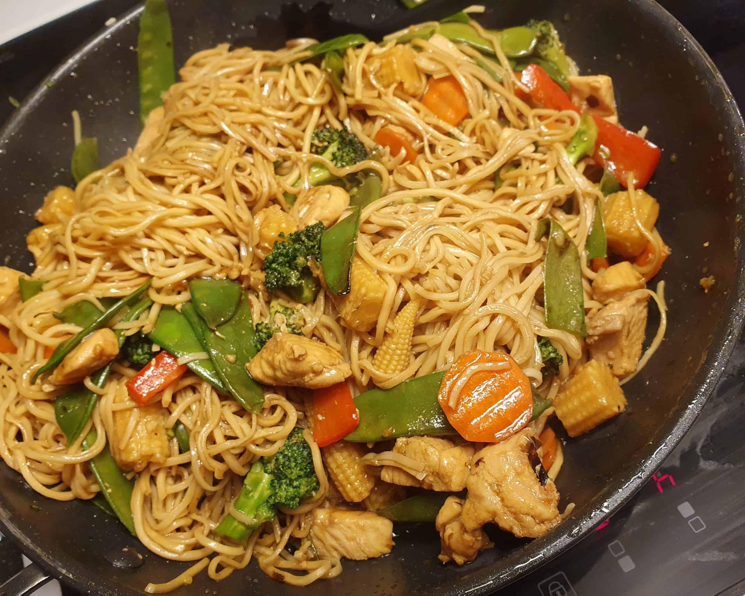 wok med kyckling och äggnudlar