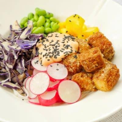 bowl med krispig tofu och risnudlar