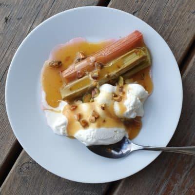 ugnsbakad rabarber med vaniljglass och kolasås