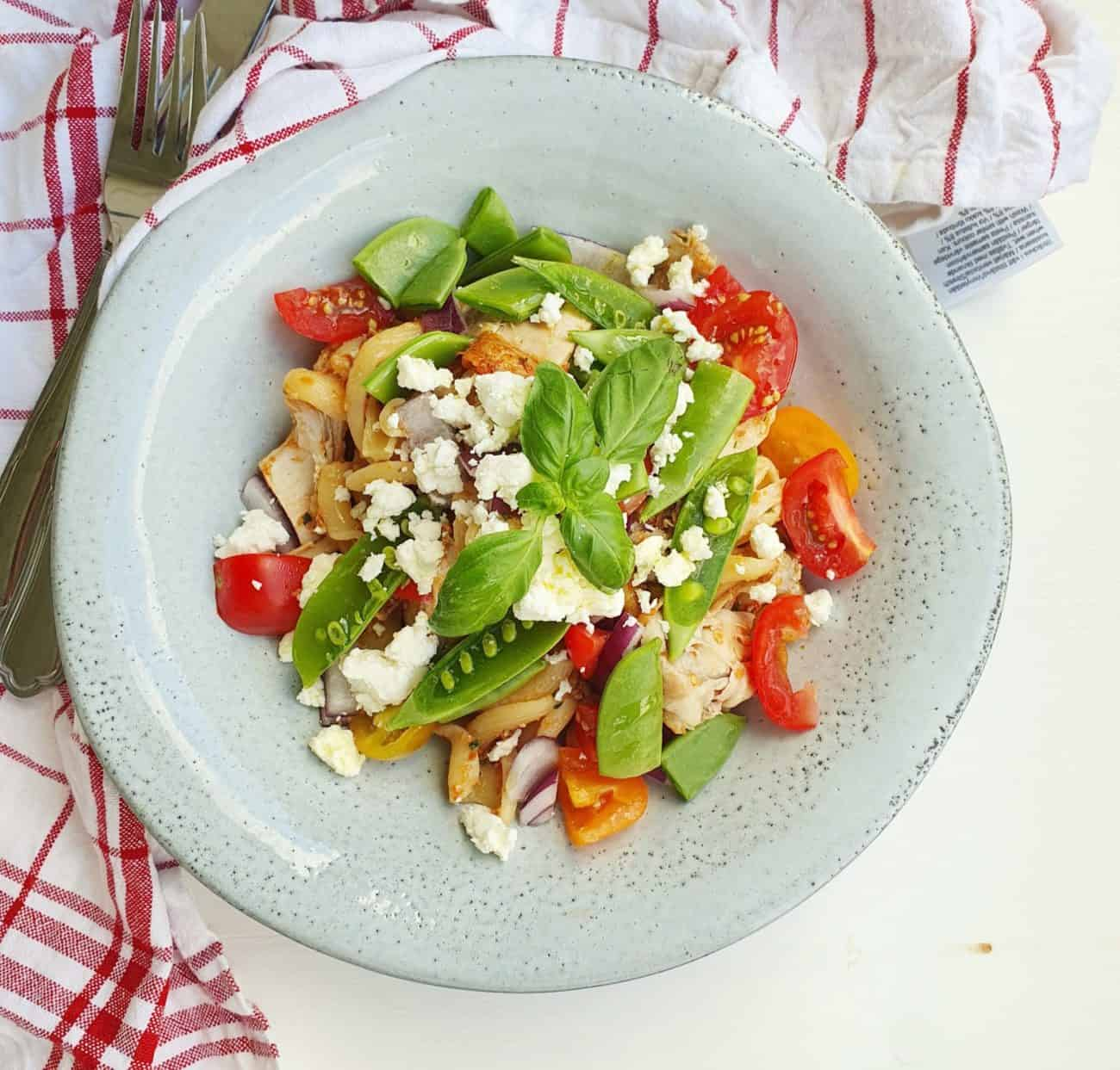 Kycklingsallad med röd pesto och pasta