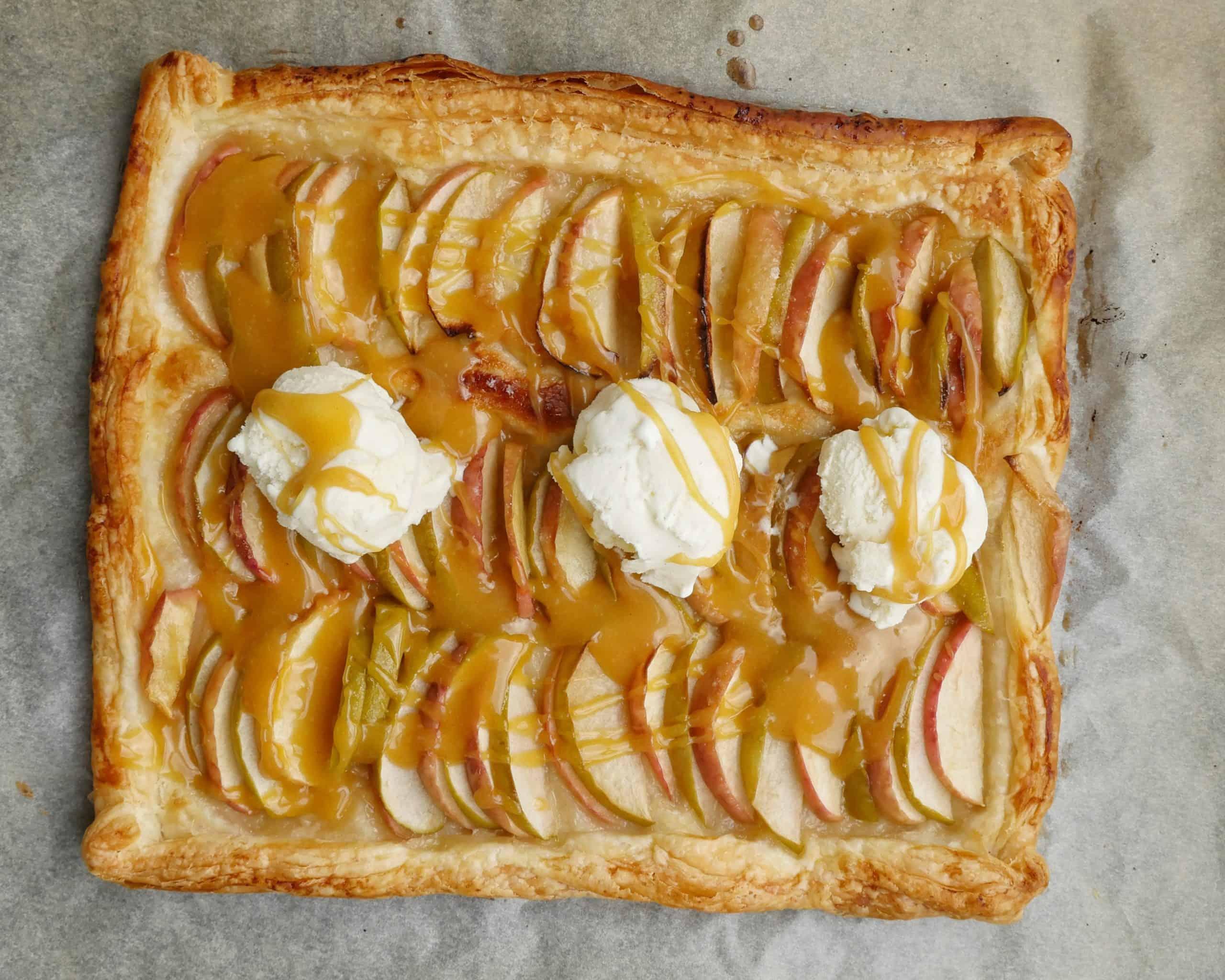 galette med äpplen kolasås och vaniljglass