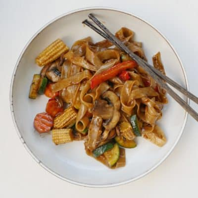 vegetarisk grönsakswok med risnudlar