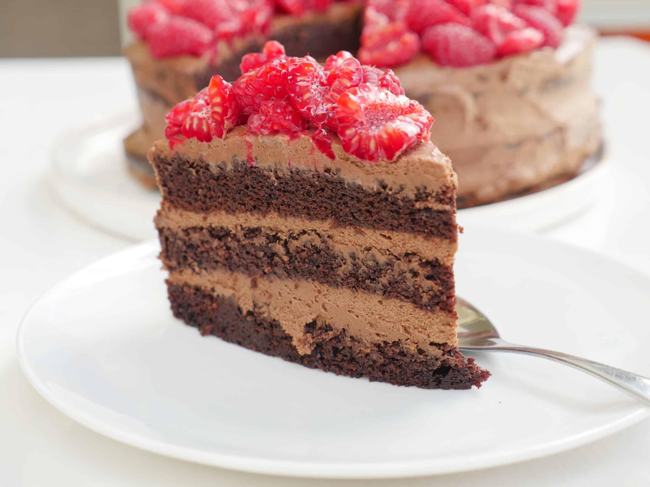 Saftig chokladtårta med chokladmousse och färska hallon