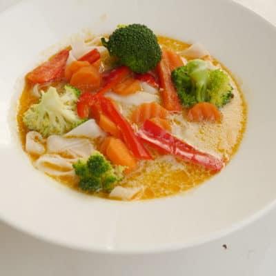 God thaisoppa med kyckling och ångkokade grönsaker