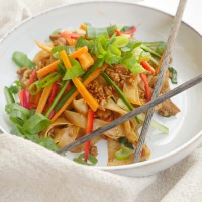 Smakrika nudlar med färs och krispiga grönsaker - Zha jiang mian