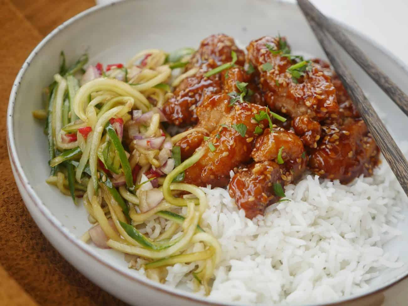 Crispy Sticky chicken med sesamfrön, syrlig asiatisk gurksallad och ris