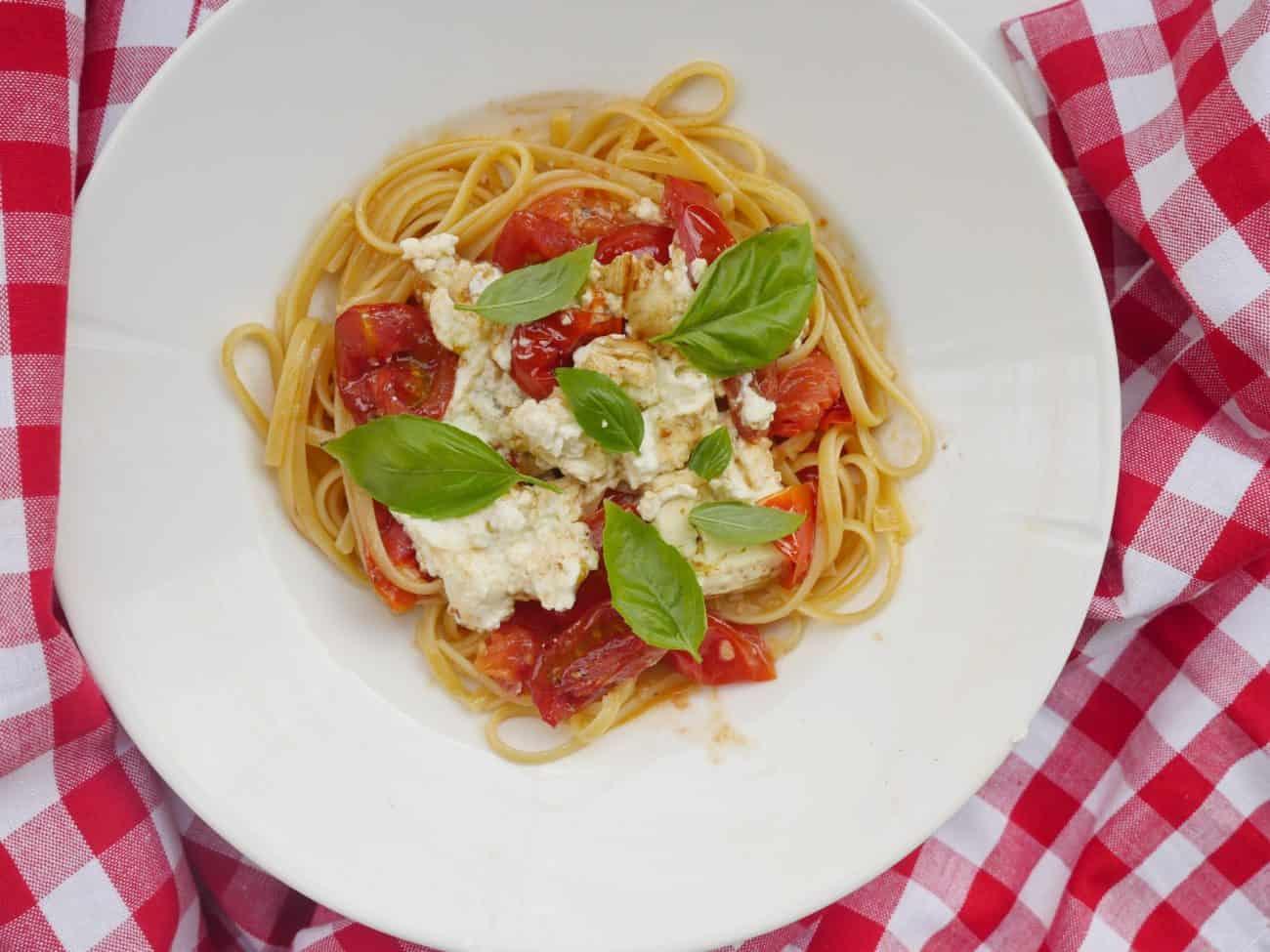 Pasta med smörig tomatsås och ugnsbakad fetaost och rostade tomater.