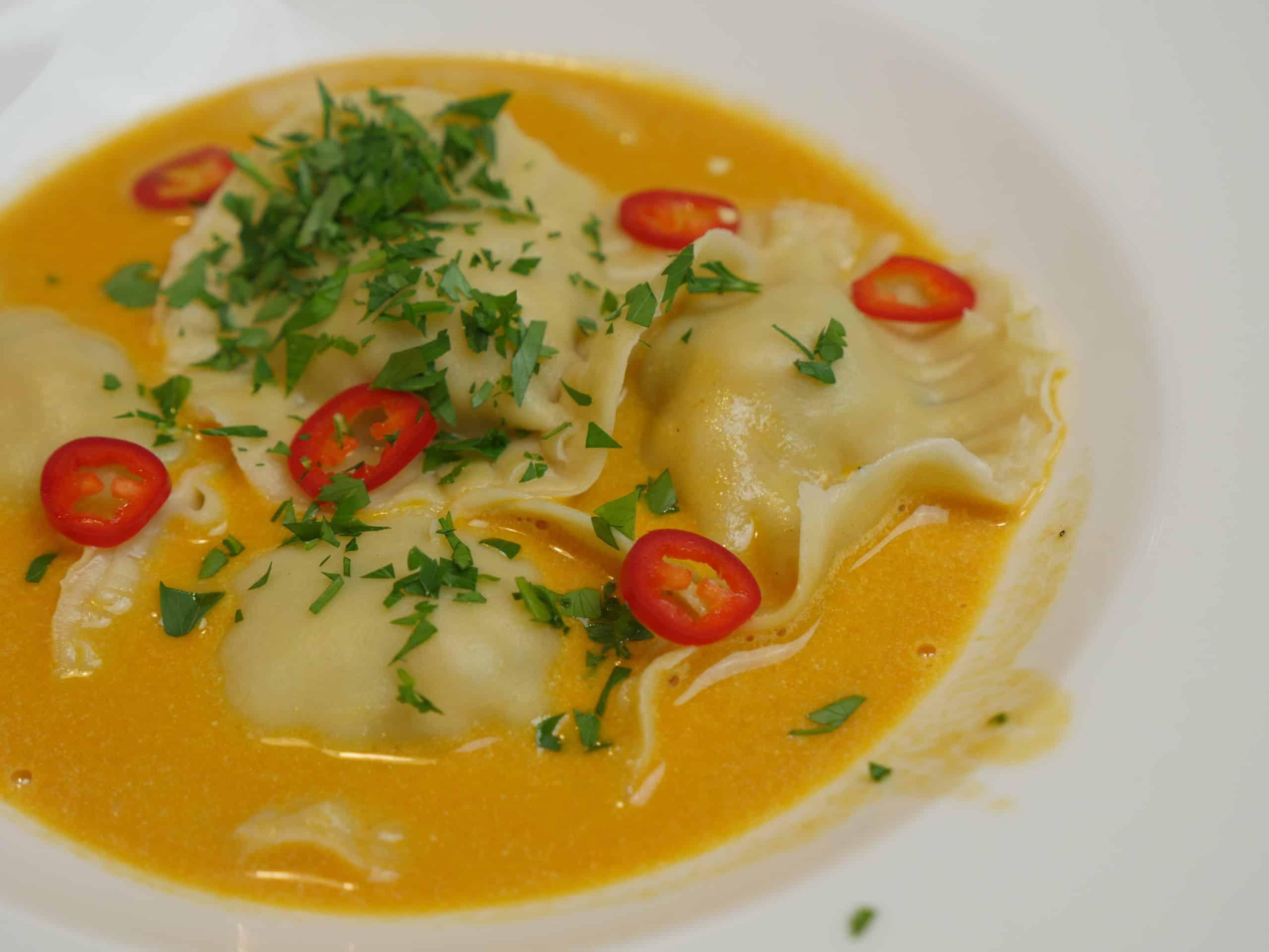 Hemmagjorda ravioli med räkfyllning och smakrik skaldjurssås