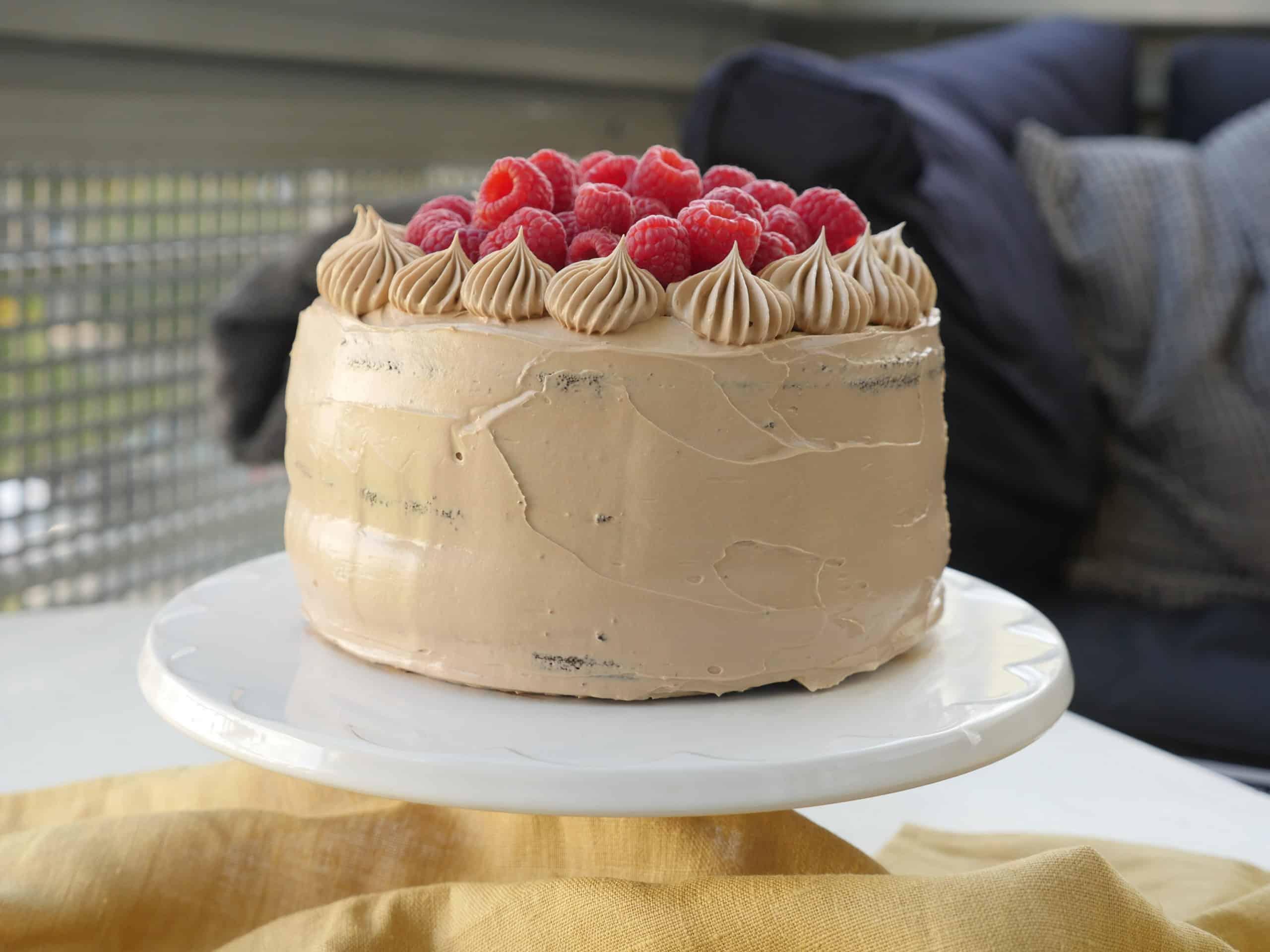 Chokladtårta med marängsmörkräm med mjökchoklad och hallonchokladtryffel