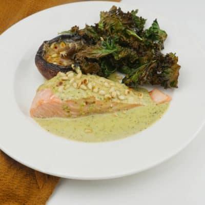 Ugnsbakad lax med pestosås, portabello och krispig grönkål