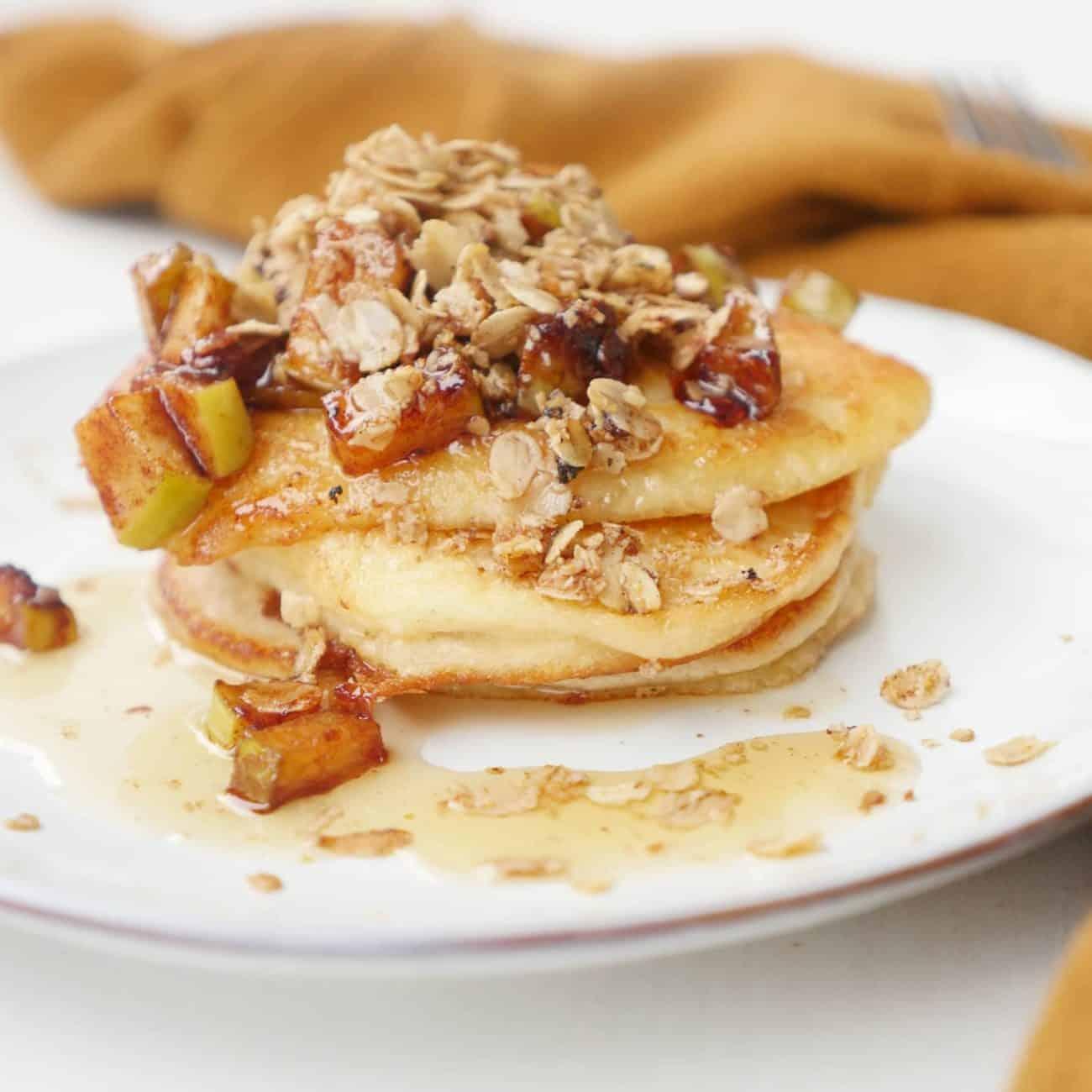 Fluffiga pannkakor med äppelmos och äppelpajtopping