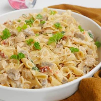 Krämig pasta med kyckling, soltorkade tomater, champinjoner och spenat