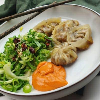 Vegetariska dumplings - med två dippsåser och grön sallad
