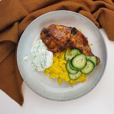 Tandoorirostade kycklingklubbor med ris och persiljeyoghurt