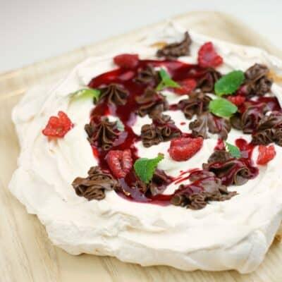 Pavlova med hallonsås, chokladkräm och grädde