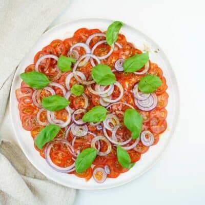 Enkel tomat carpaccio med rödlök