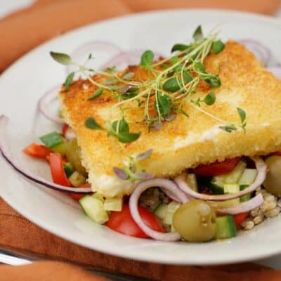 Panerad fetaost med grekisk sallad och havreris
