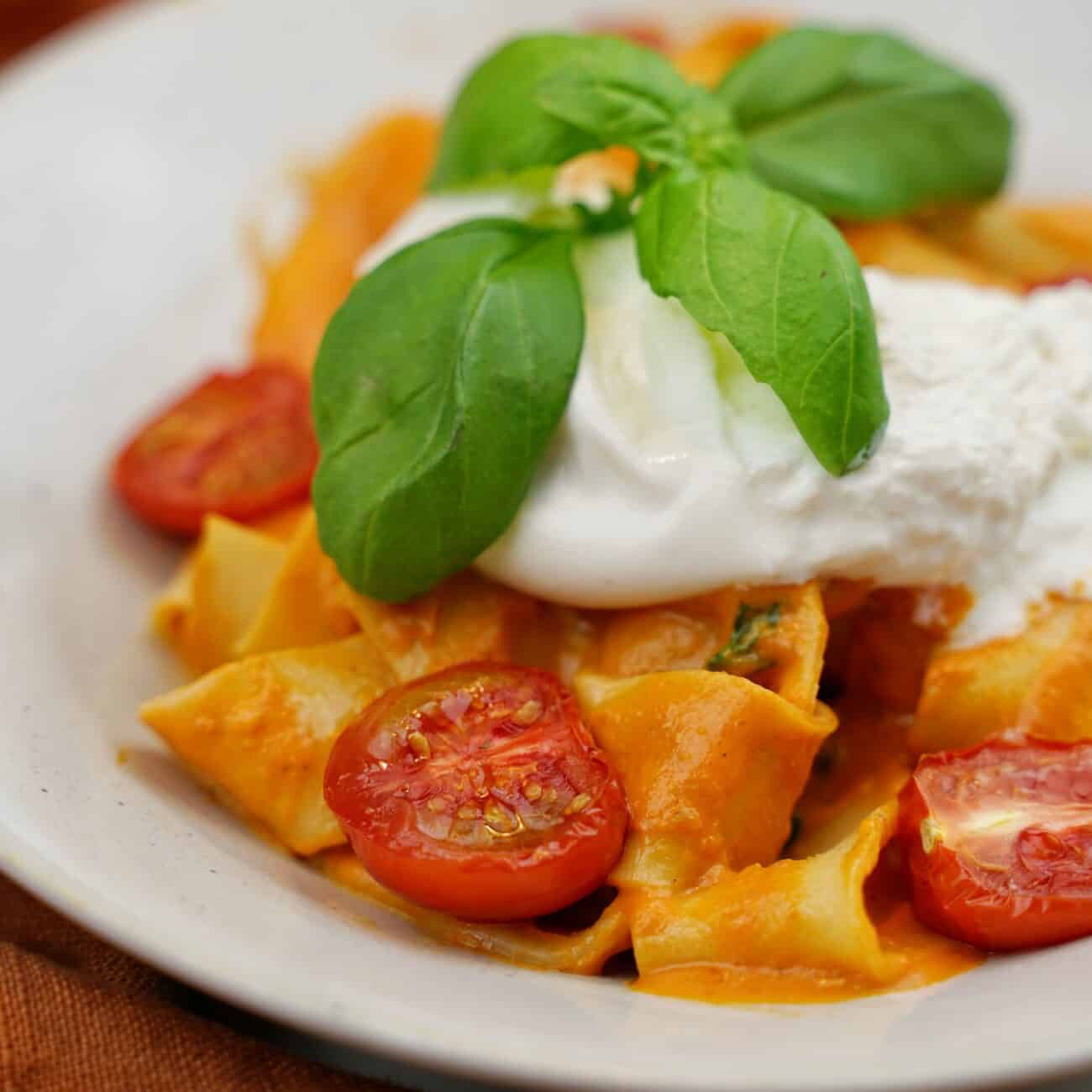 Krämig pasta med tomatsås och burrata