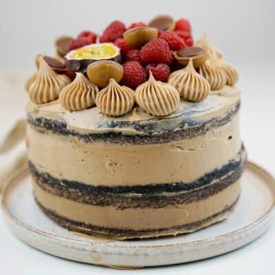 Chokladtårta med vit chokladmousse, mörk chokladmousse och marängsmörkräm