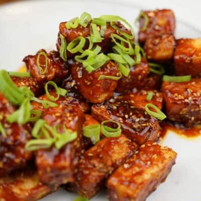 Korean fried tofu med ris och gurksallad