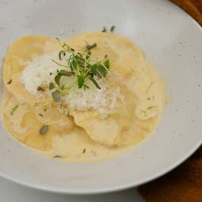 Fylld pasta med svamp och ricotta med bryntsmörsås och timjan