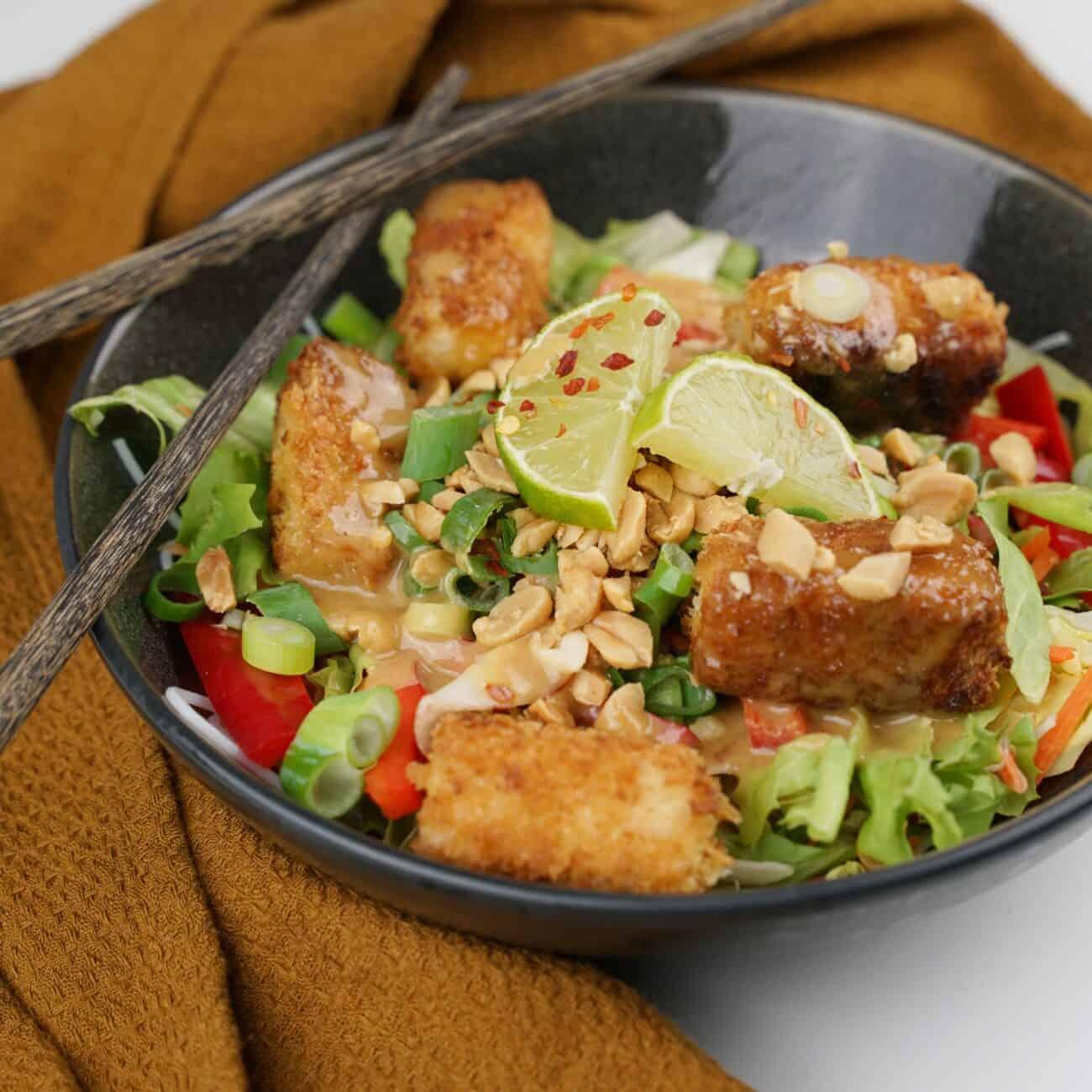 Thaisallad med risnudlar, krispig tofu och jordnötsdressing