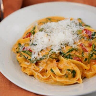 Krämig vegetarisk pasta med röd pesto, spenat och paprika