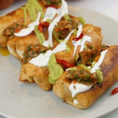 Taquitos - friterad taco med hemmagjord salsa, avokadokräm och gräddfil