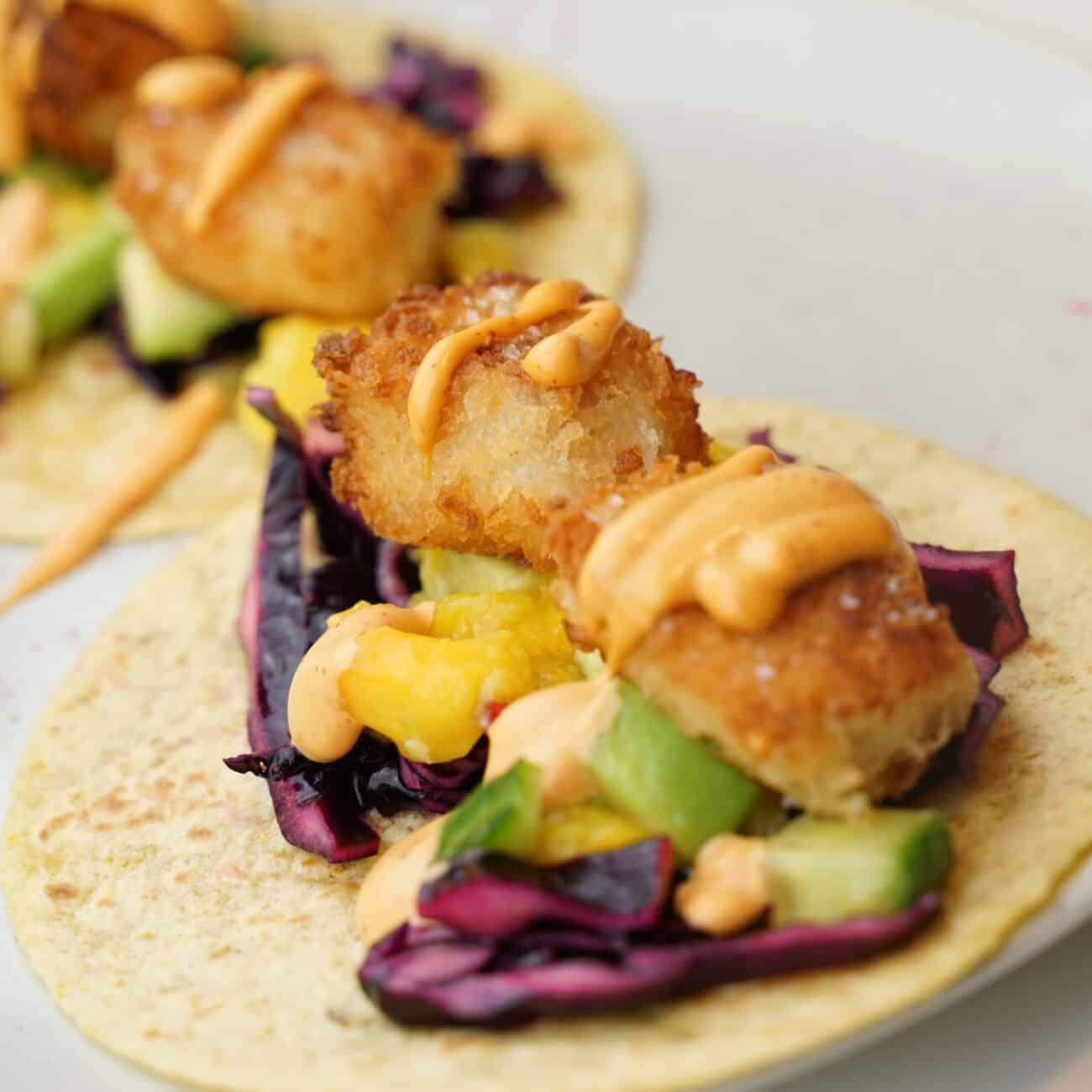 Fish tacos med avokado och mangosalsa, rödkål och srirachamajonnäs