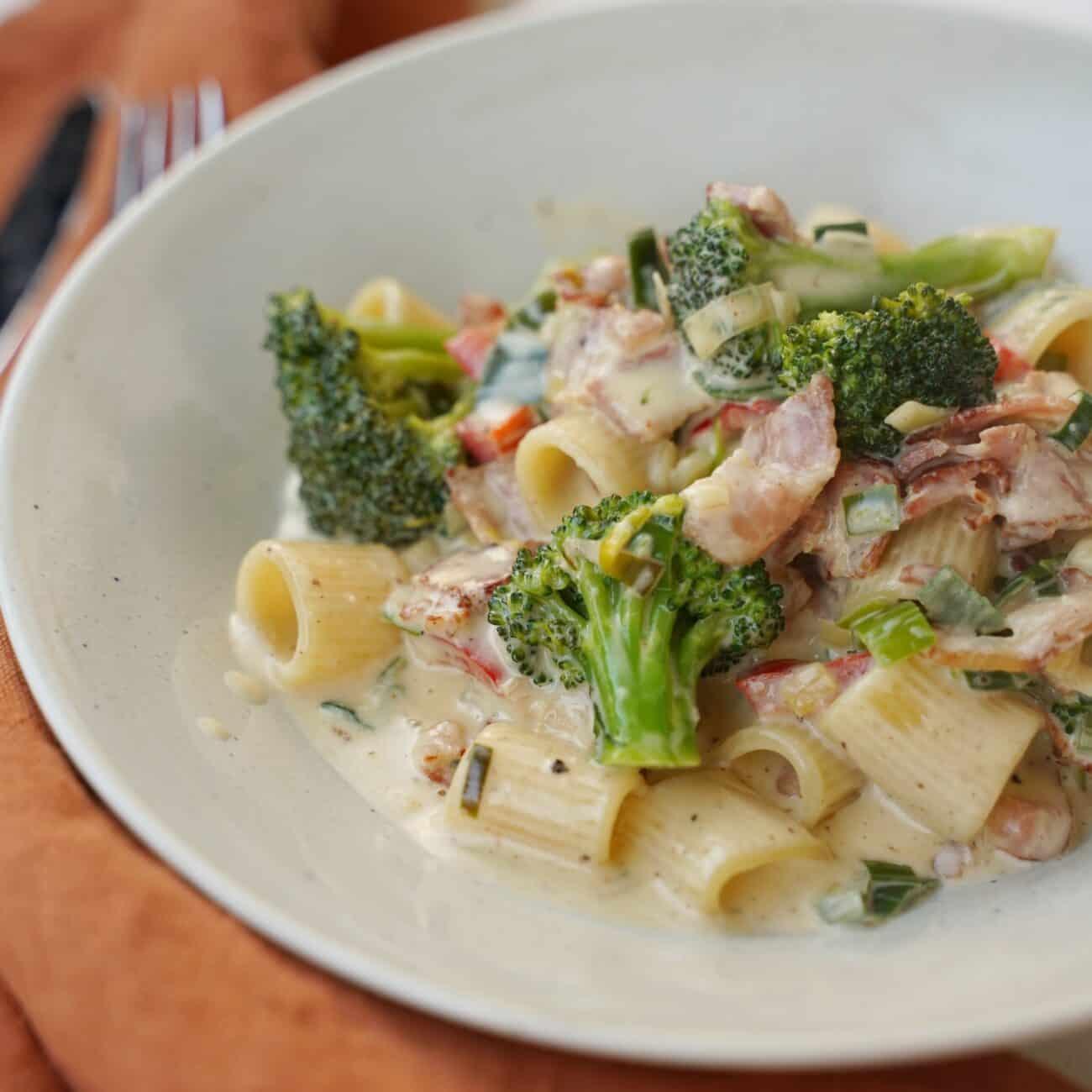 Enkel pasta med bacon, broccoli, paprika och purjolök
