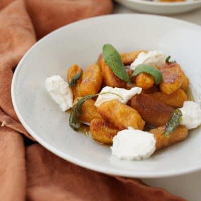 Sötpotatisgnocchi med brynt smör, salvia och vispad citronricotta