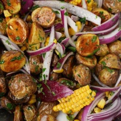 Rostad potatissallad med majs och rödlök